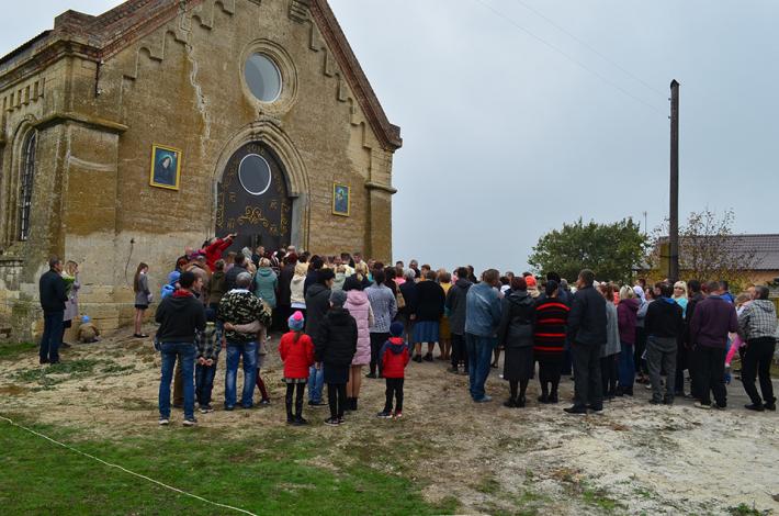 Владика Михайло Бубній освятив відновлений з руїн Господній храм та уділив дияконські свячення