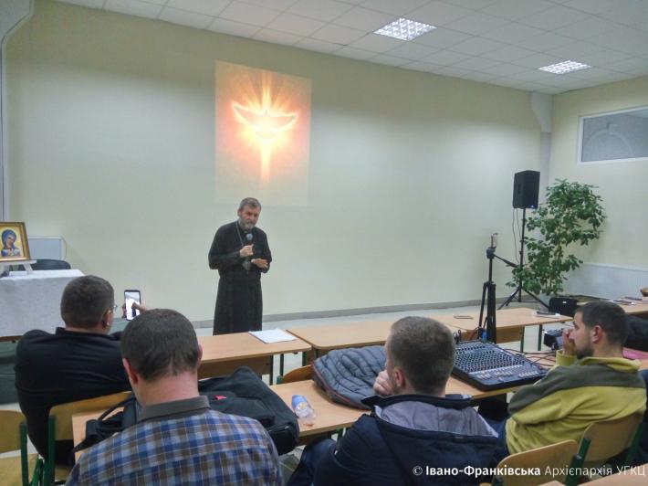 Владика Дмитро Григорак молився з харизматичними спільнотами в Івано-Франківську