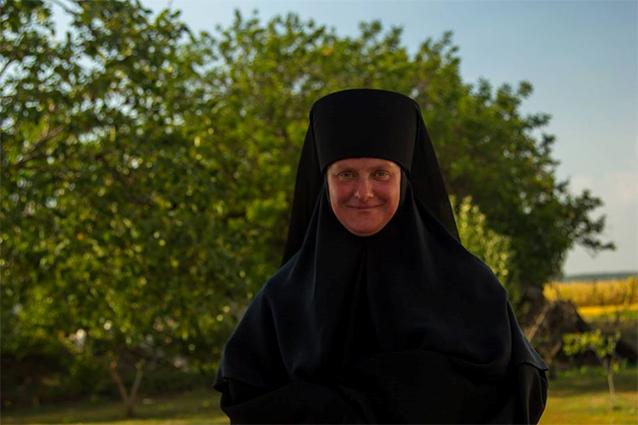 «Мрію продавати шопки, аби допомагати вірянам в Донецьку…» — монахиня-майстриня Теодозія