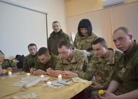 Майстер-клас з писанкарства провели для військових та їхніх дітей