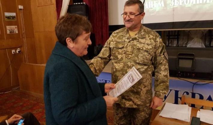 Голові Організації українських жінок у Великобританії  військові вручили грамоту