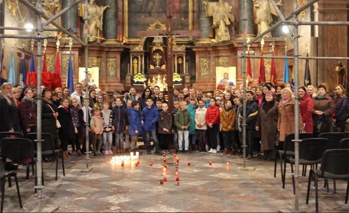 Вихованці львівських дитячих будинків спільно роздумували над Хресною дорогою Спасителя