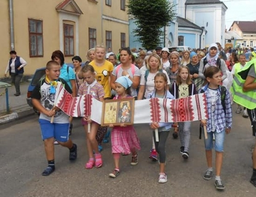 У пішу прощу родин мігрантів Самбір–Зарваниця вирушило майже 300 паломників