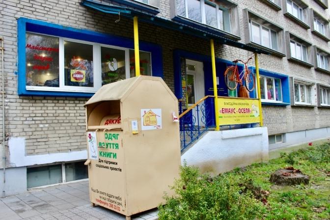 Львів'ян закликають відвідати благодійні крамниці спільноти «Оселя», щоб допомогти безпритульним