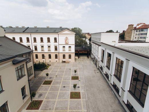 В Івано-Франківську оновлену Католицьку школу-гімназію показали з повітря