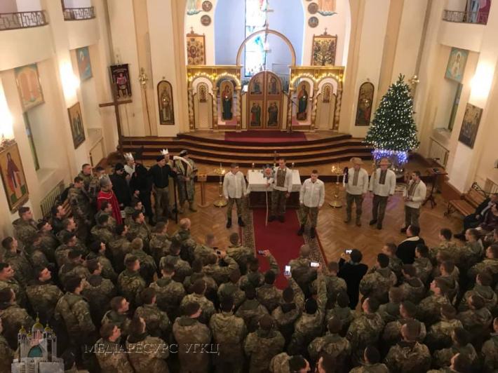 Колядники з Національної академії сухопутних військ із вертепом відвідали військові храми Львова