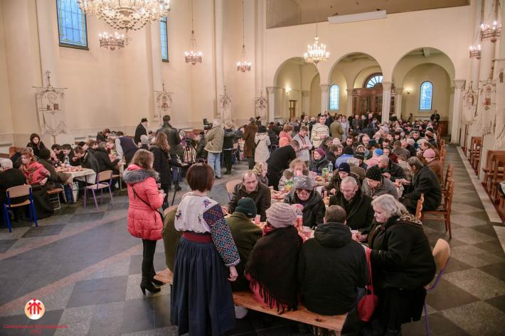 Отці салезіяни та парафіяни церкви Покрови Різдво святкували разом із самотніми та потребуючими