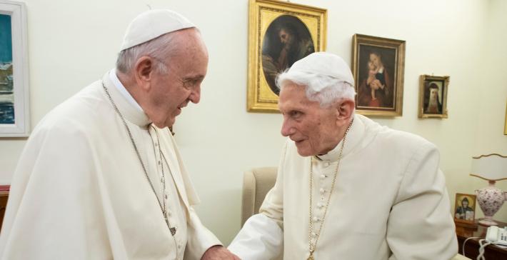 Папа Франциск і Венедикт XVI зробили перше щеплення від Covid-19