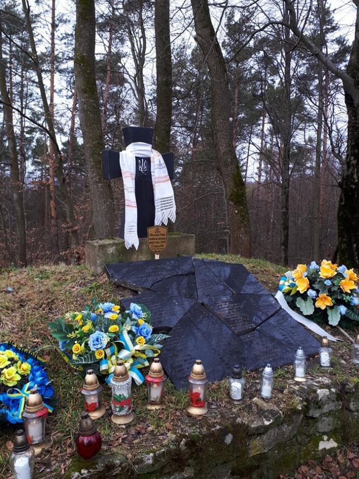 Священники УГКЦ відслужили панахиди на понівеченій могилі на горі Монастир та на інших похованнях вояків УПА у Польщі