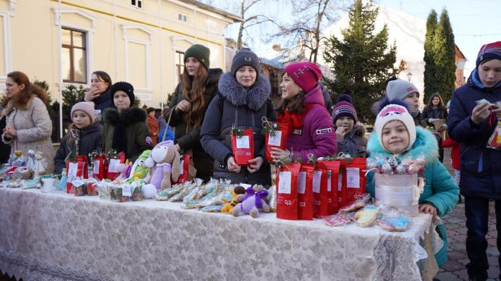 Учні катехитичної школи чернівецького собору на благодійному ярмарку зібрали кошти для онкохворої однокласниці