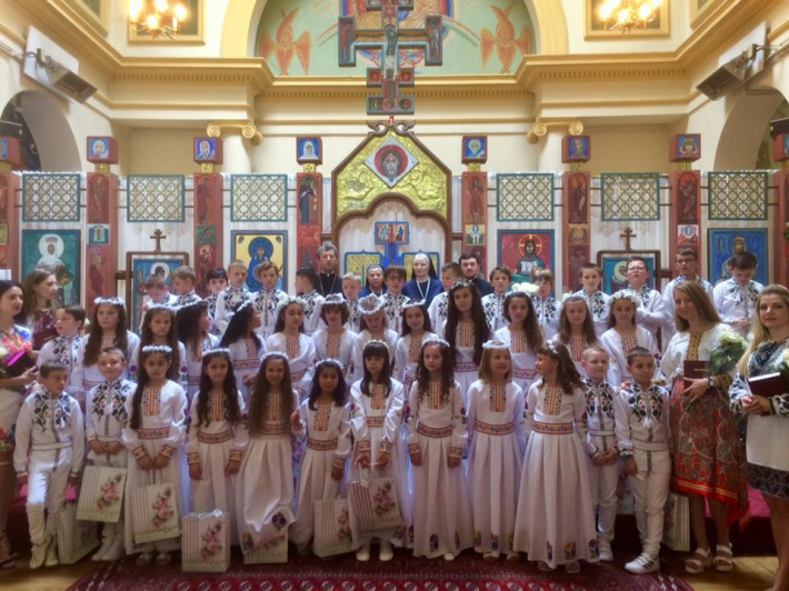 У паризькому катедральному соборі Святого Володимира Великого провели урочисте Святе Причастя дітей та були виставлені мощі апостола Петра
