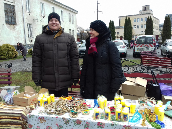 На подвір'ї львівського храму Святого Йосафата свої вироби презентувала молодь з особливими потребами
