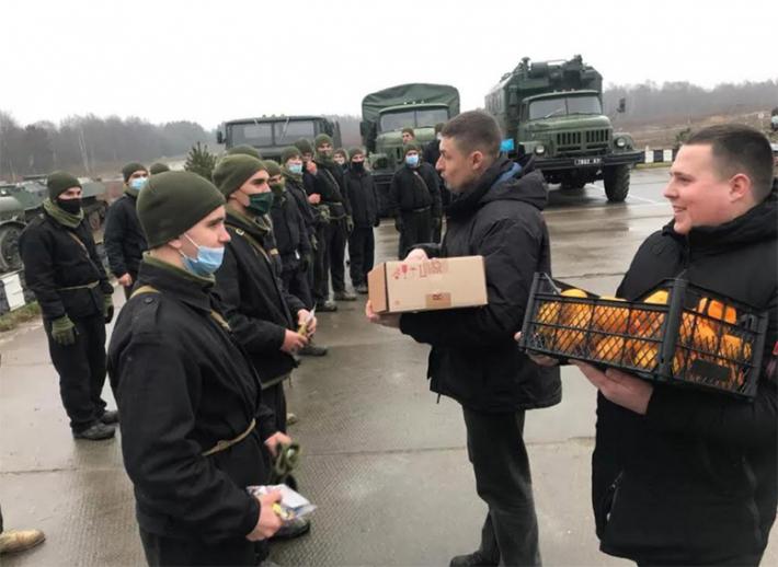 Понад п'ять тисяч захисників України отримали гостинці від святого Миколая завдяки жертводавцям львіського гарнізонного храму