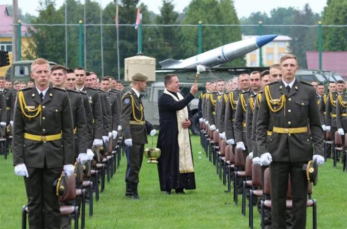 Військові капелани благословили випускників Національної академії сухопутних військ імені гетьмана Петра Сагайдачного