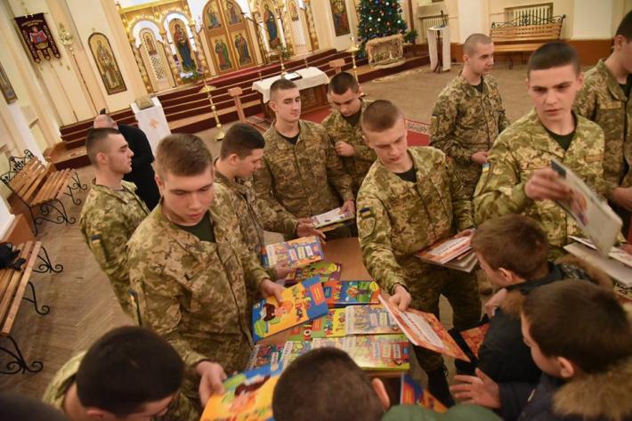 Курсанти-колядники передали цінні дарунки дітям зі Сходу