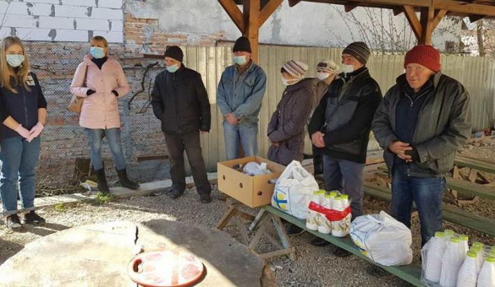 Працівники Карітасу пригощають безпритульних обідами в умовах карантину
