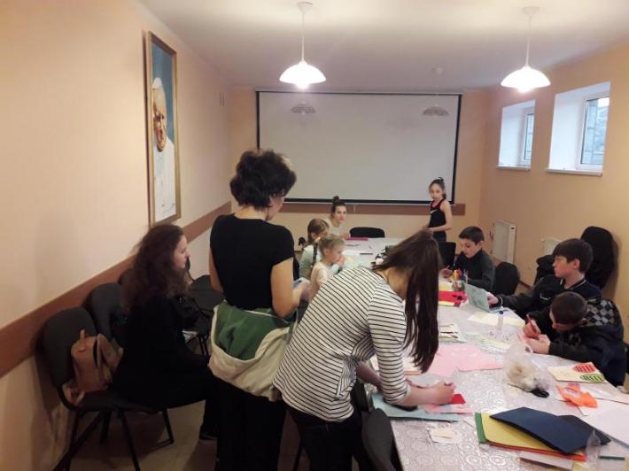 У Полтаві діти вчилися виготовляти еколистівки, які надішлють на Великдень захисникам у зоні АТО