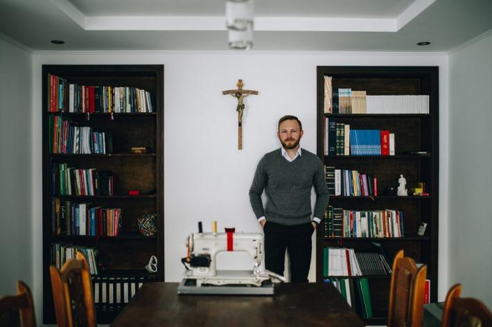 На Львівщині священник навчив парафіян шити й віднадив від пияцтва