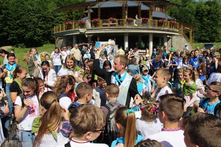 Учні католицьких закладів України зустрілися на прощі в Погоні