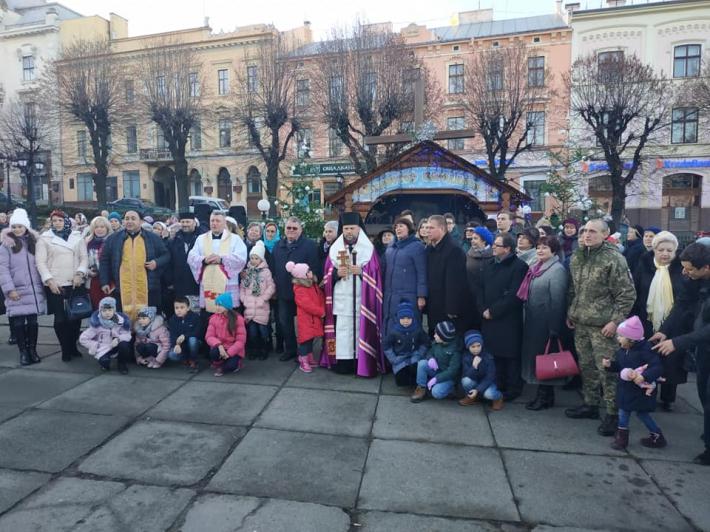 Владика Йосафат Мощич освятив різдвяну шопку в центрі Чернівців