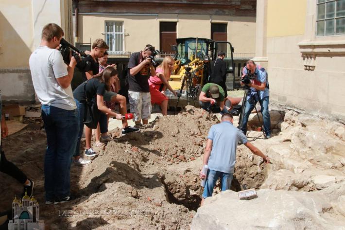 На Свято-Юрській горі тривають археологічні дослідження віднайдених фундаментів XIV століття