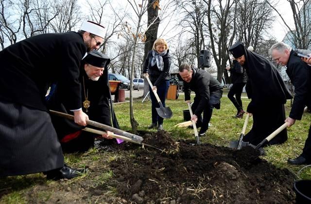 Розпочалася нова хвиля безтермінової акції «Посади дерево миру»