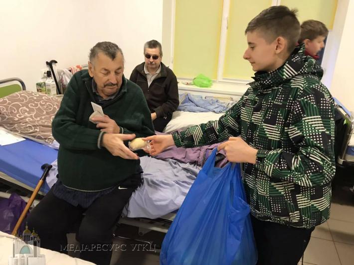 У День хворого молодь Тернополя відвідала пацієнтів в одинадцяти лікарнях міста