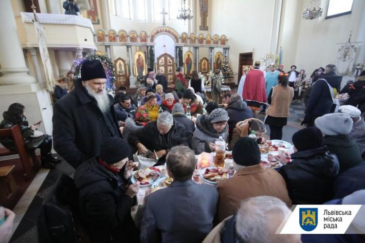 Святковий обід у Львові зібрав понад триста потребуючих