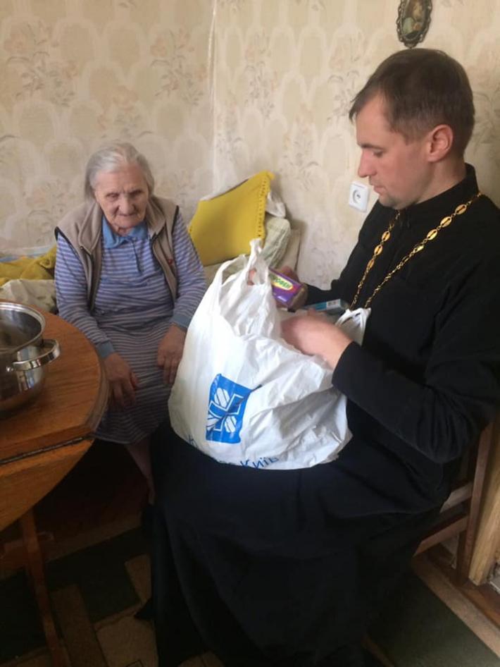 У Київській архиєпархії продуктами та ліками допомагають одиноким літнім людям