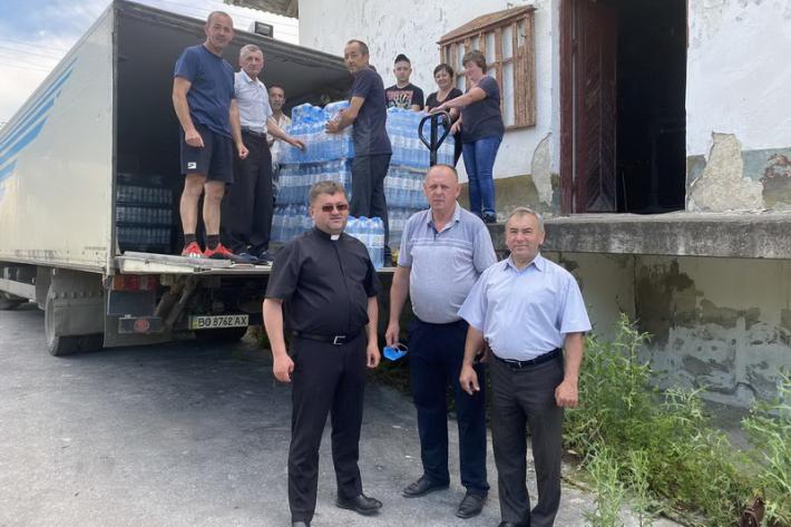 Тернопільсько-Зборівська архиєпархія доставила постраждалим від паводку п'ятсот блоків «Зарваницької» мінеральної води