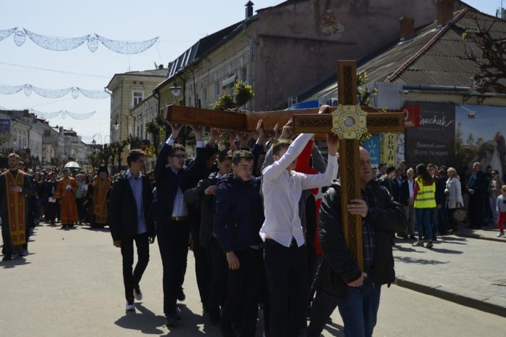 Молодь та школярі Коломиї пройшли Хресною ходою