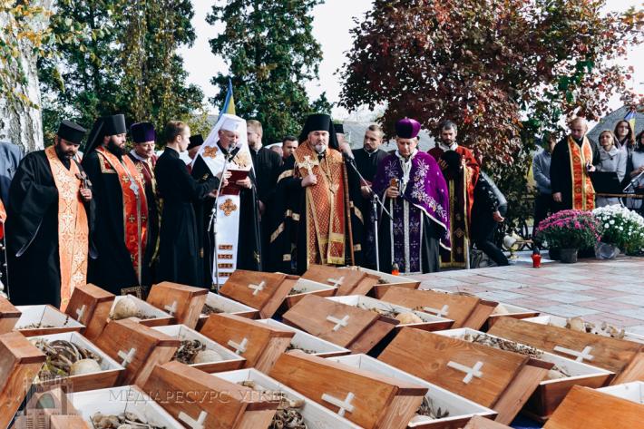 На Івано-Франківщині перезахоронили останки майже шістдесяти жертв комуністичного режиму