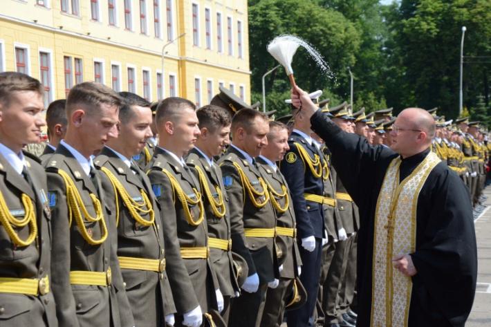Військові капелани благословили випускників НАСВ ім. гетьмана Петра Сагайдачного