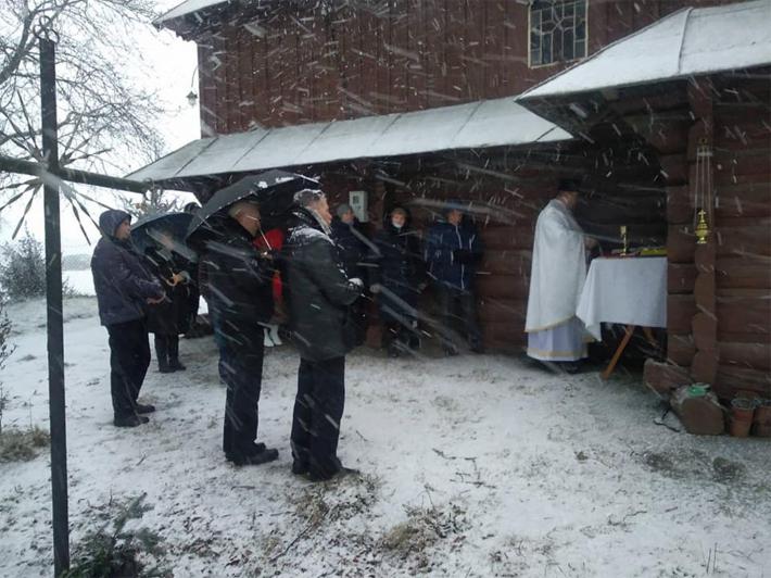 На Львівщині греко-католики вже декілька років моляться просто неба перед зачиненим храмом