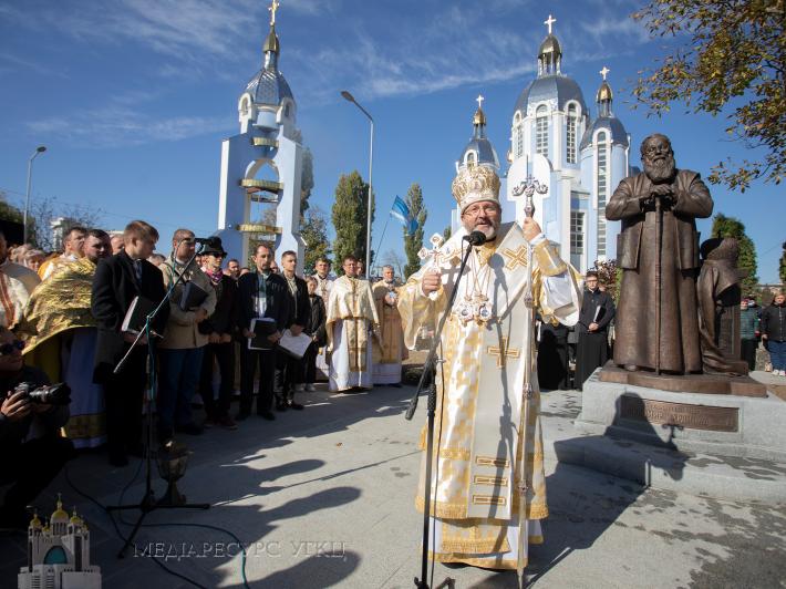 «Дороговказ, який скеровує до неба»: Глава УГКЦ урочисто відкрив у Вінниці пам'ятник Блаженнішому Любомиру Гузару