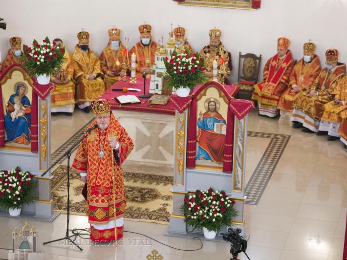 «Сьогодні її материнство долає межу родини і стає багатством для цілої Церкви», – владика Тарас Сеньків на похороні Віри Шевчук