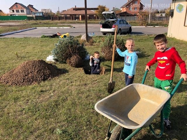 """У Полтаві діти долучилися до Всеукраїнської безстрокової акції """"Посади дерево миру"""""""