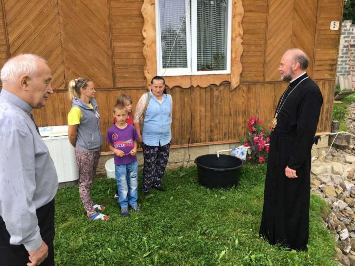 Владика Василь Тучапець передав пожертву від Харківського екзархату родині, постраждалій від повені