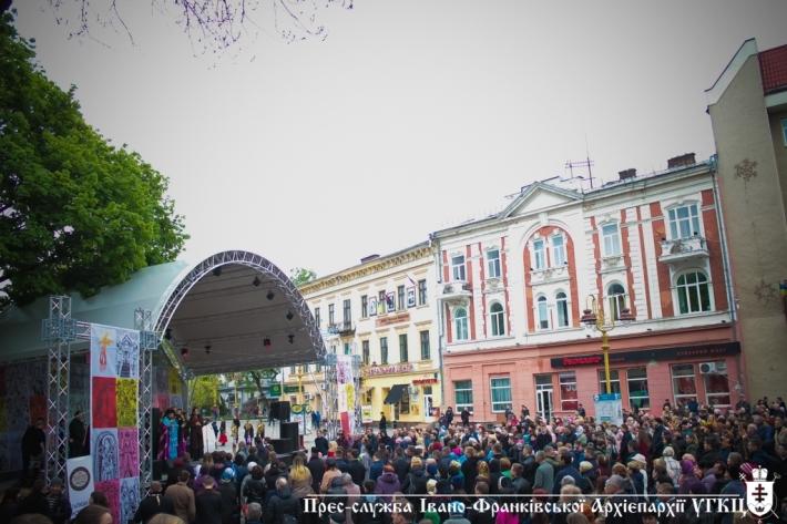 """В рамках фестивалю """"Вгору серця"""" франківці пройшли середмістям молитовною ходою"""