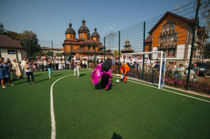 У Червонограді при парафії відкрито сучасний футбольний та волейбольний майданчики