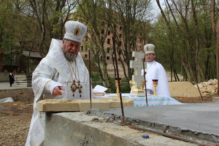 Владика Василій Семенюк освятив наріжний камінь під будівництво нового храму