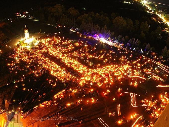 Тисячі прочан пройшли зі свічками у Зарваниці