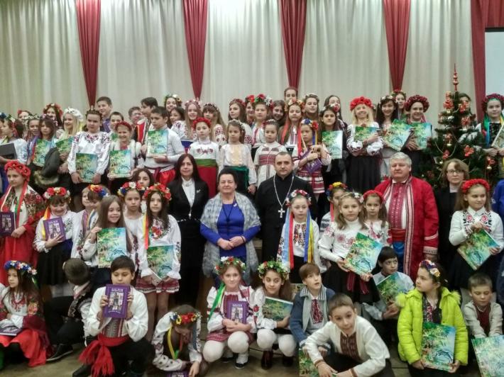 Священик УГКЦ узяв участь в учнівській коляді на Троєщині