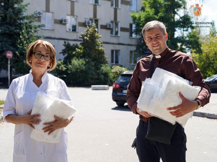Парафія УГКЦ передала медичні захисні засоби у Центральну поліклініку Дарницького району міста Києва