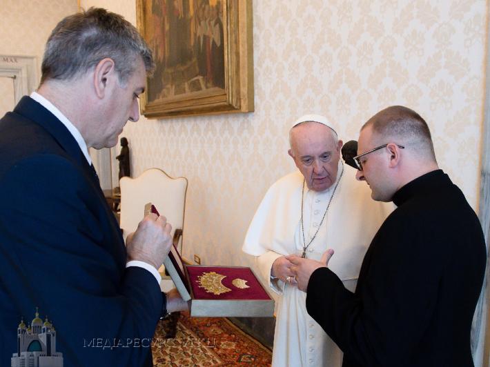 """Отець Василь Ілик розповідає Папі Франциску про ікону """"Надія безнадійних"""" та Чернівецьку єпархію УГКЦ, фото: Vatican Media"""