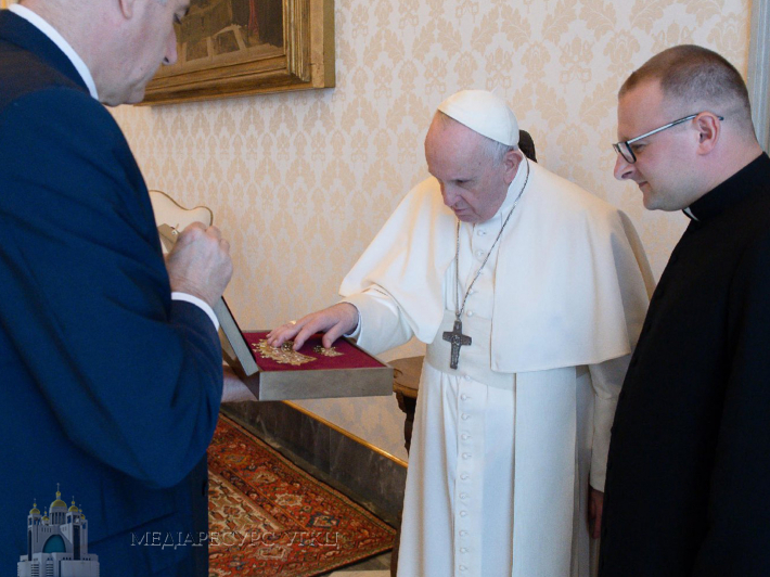 """Папа Франциск благословляє корони для чудотворної ікони """"Надія безнадійних"""" під час приватної аудієнції у Ватикані, фото: Vatican Media"""