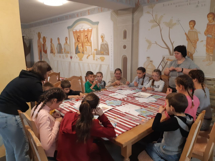 Побути для дітей друзями: у Будинку сімейного типу «Зернятко» у м. Королево відбувся майстер-клас із плетіння вервиць