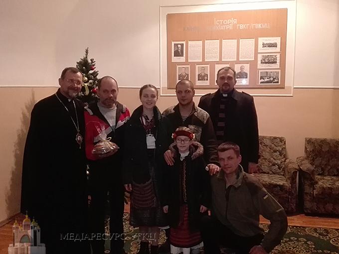 До поранених воїнів у київський госпіталь завітали колядники