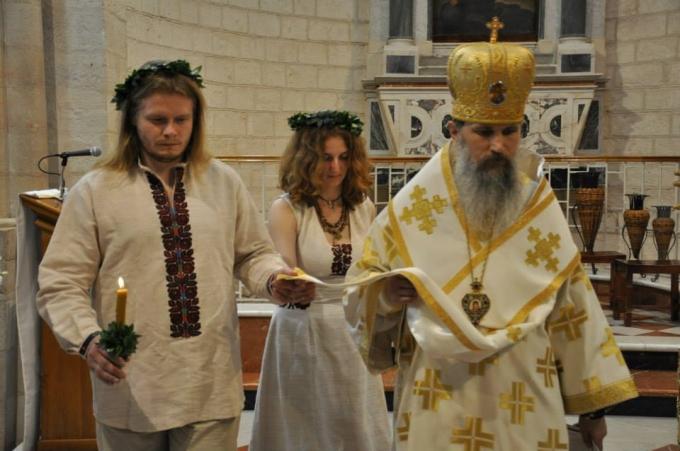 Паломників молився на святій землі