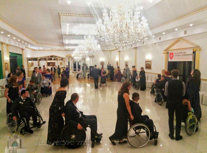 В Івано-Франківську відбувся осінній бал для людей з обмеженими фізичними можливостями